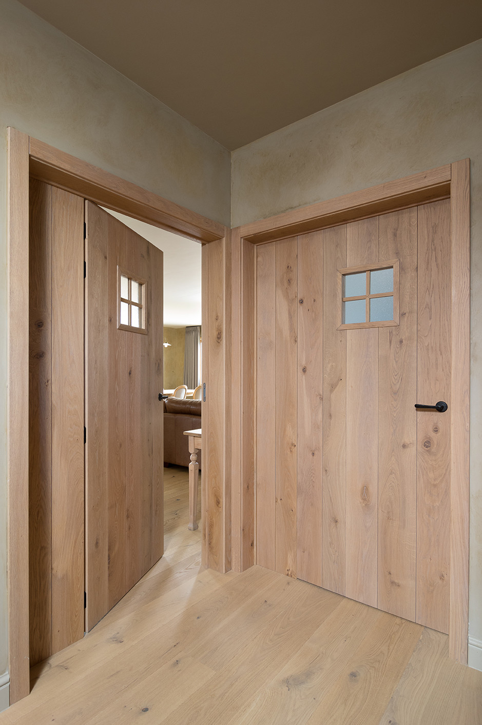 Grote houten binnendeuren met ruitje