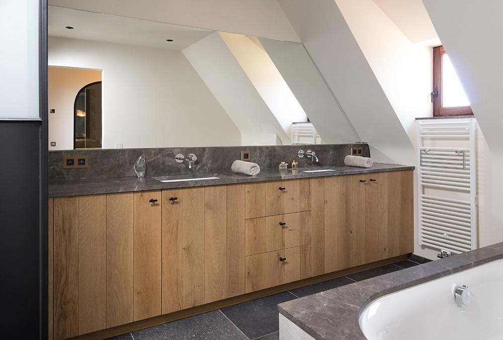 Frisse eiken badkamer