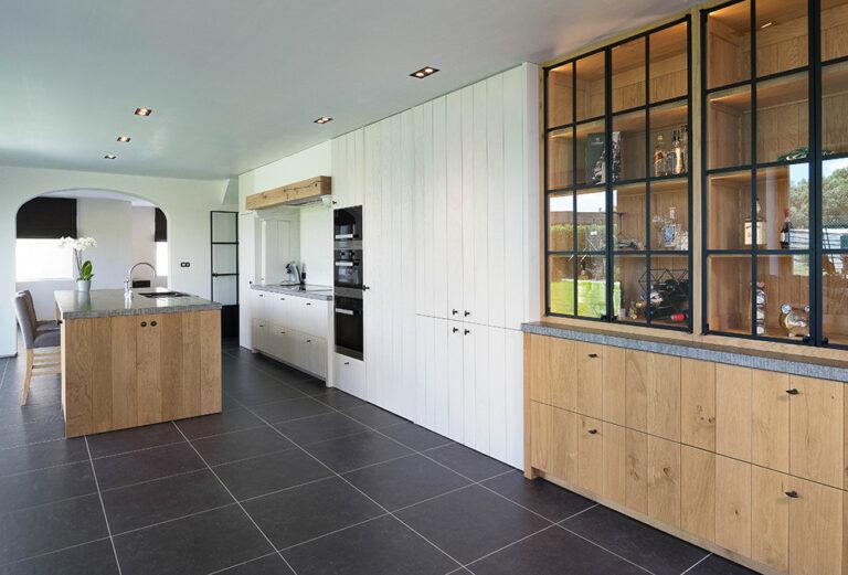 Houten keuken met vitrinekast