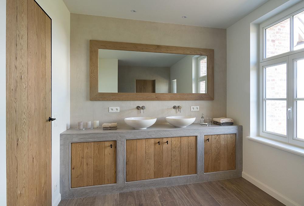 Houten badkamer met betonlook