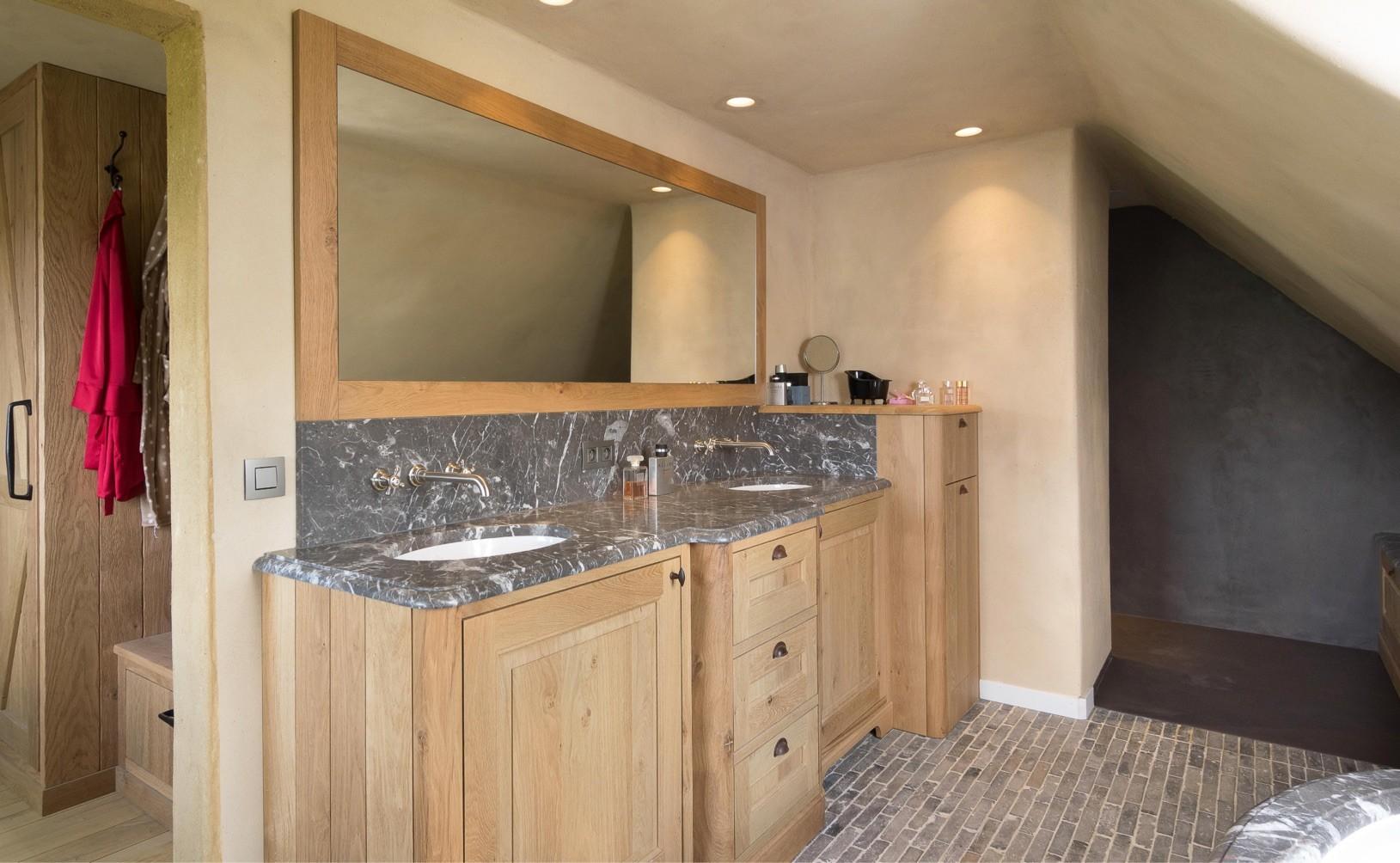 Eiken badkamer met marmeren bovenblad