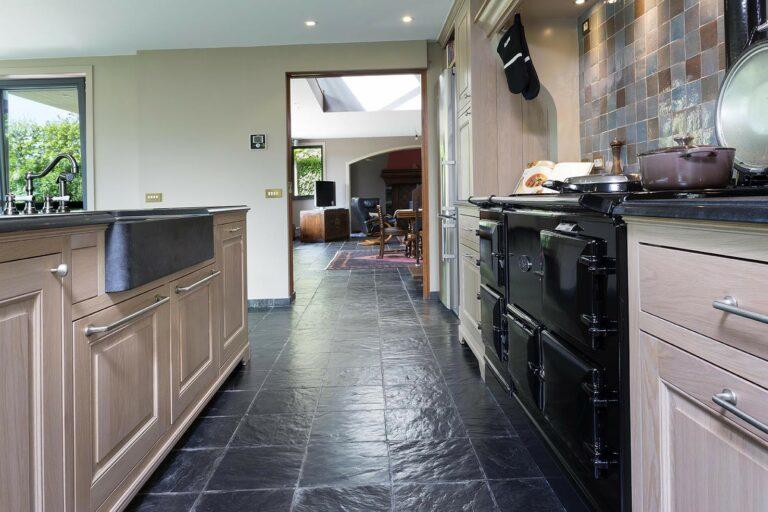 Klassieke keuken met authentieke zwarte vloer