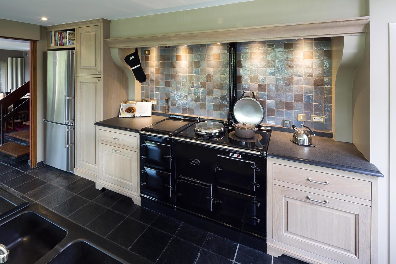 Zwart authentiek fornuis in klassieke houten keuken