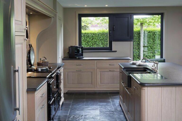 Houten keukenkasten met werkblad met afgeronde hoeken