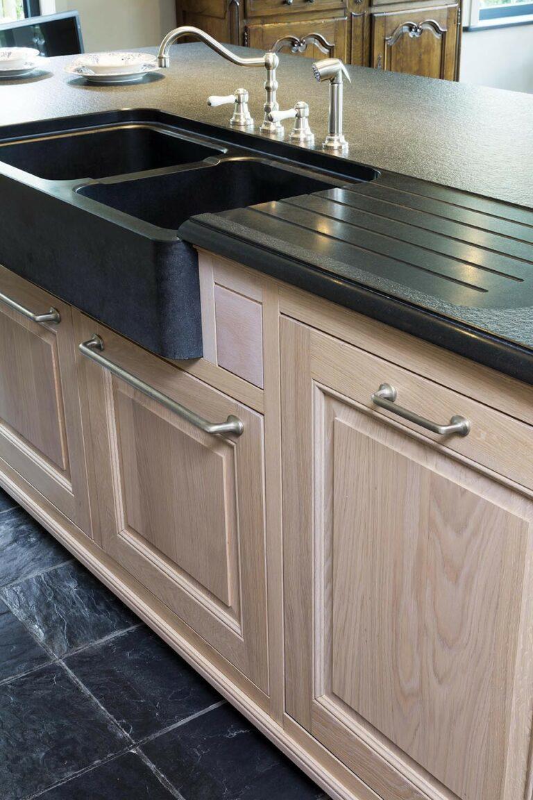 Bovenaanzicht van klassieke houten keukenkasten