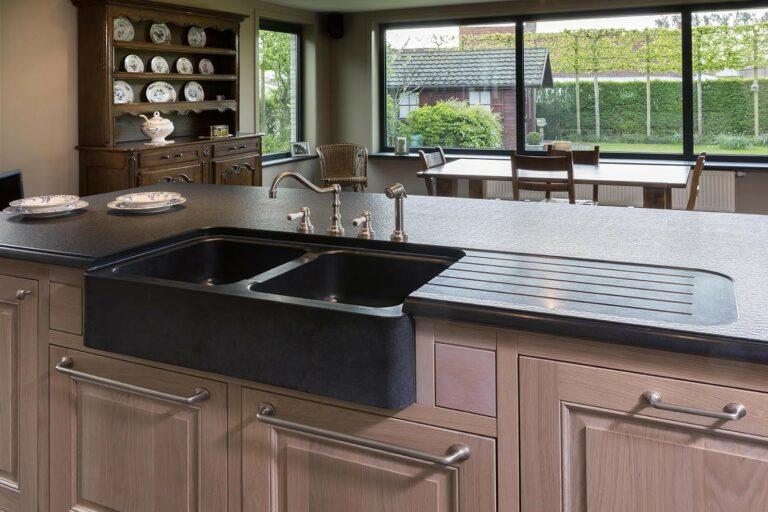 Klassiek eikenhouten kookeiland met zwarte granieten afwasbak