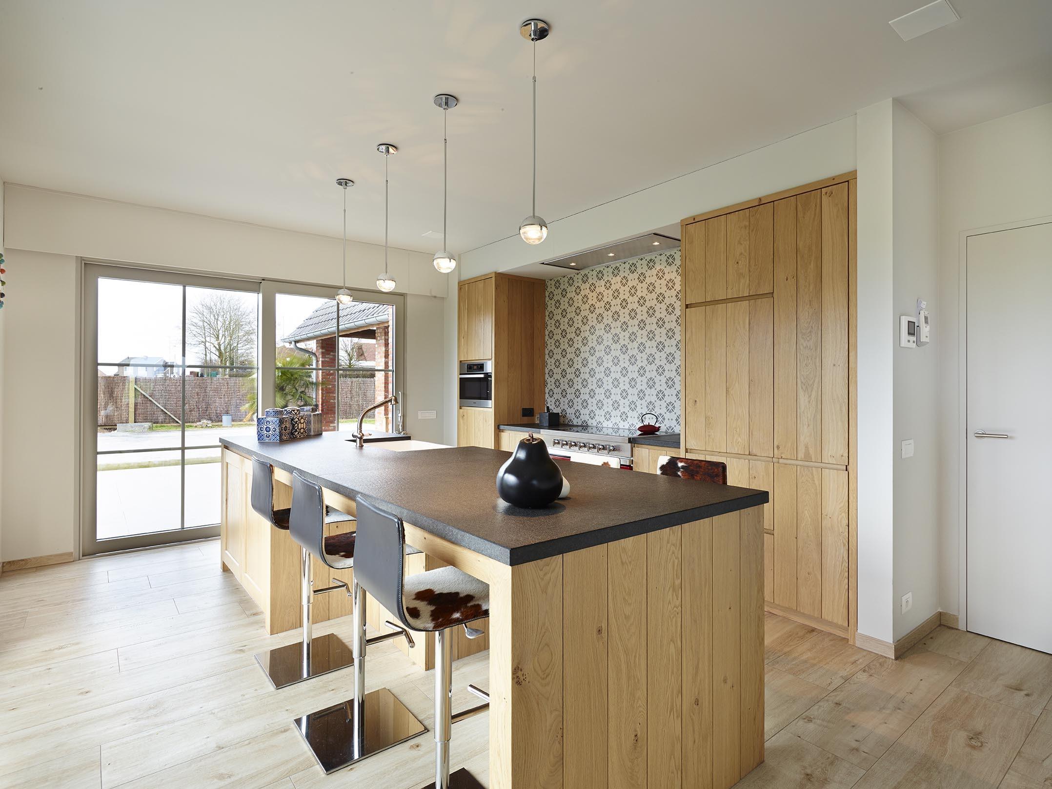 Overzichtsfoto frisse keuken met barstoelen