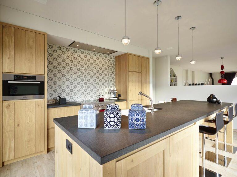 Houten keukeneiland in retro keuken