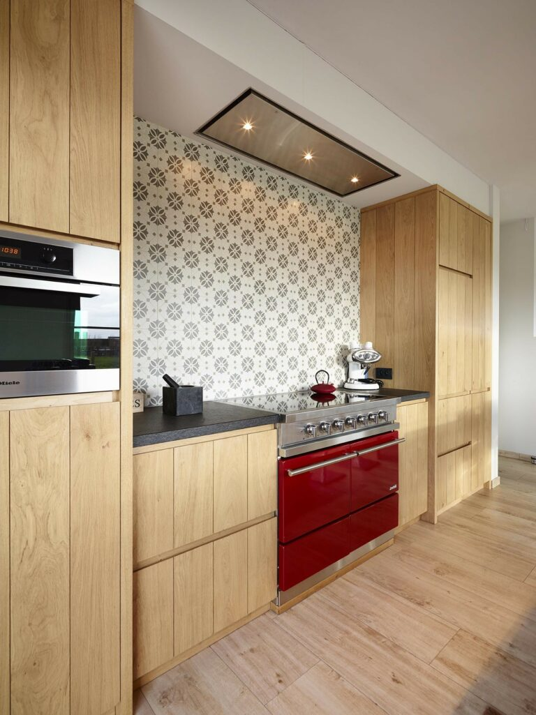 Rood fornuis in vintage houten keuken