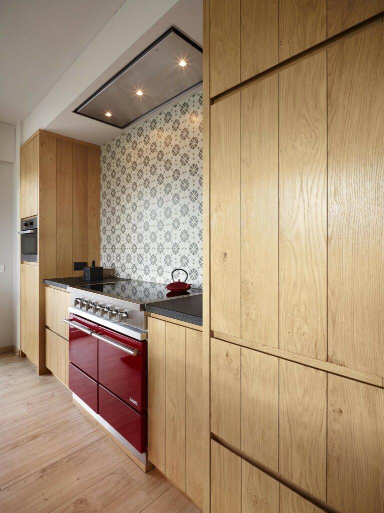 Eiken keuken met retro tegeltjes en fornuis