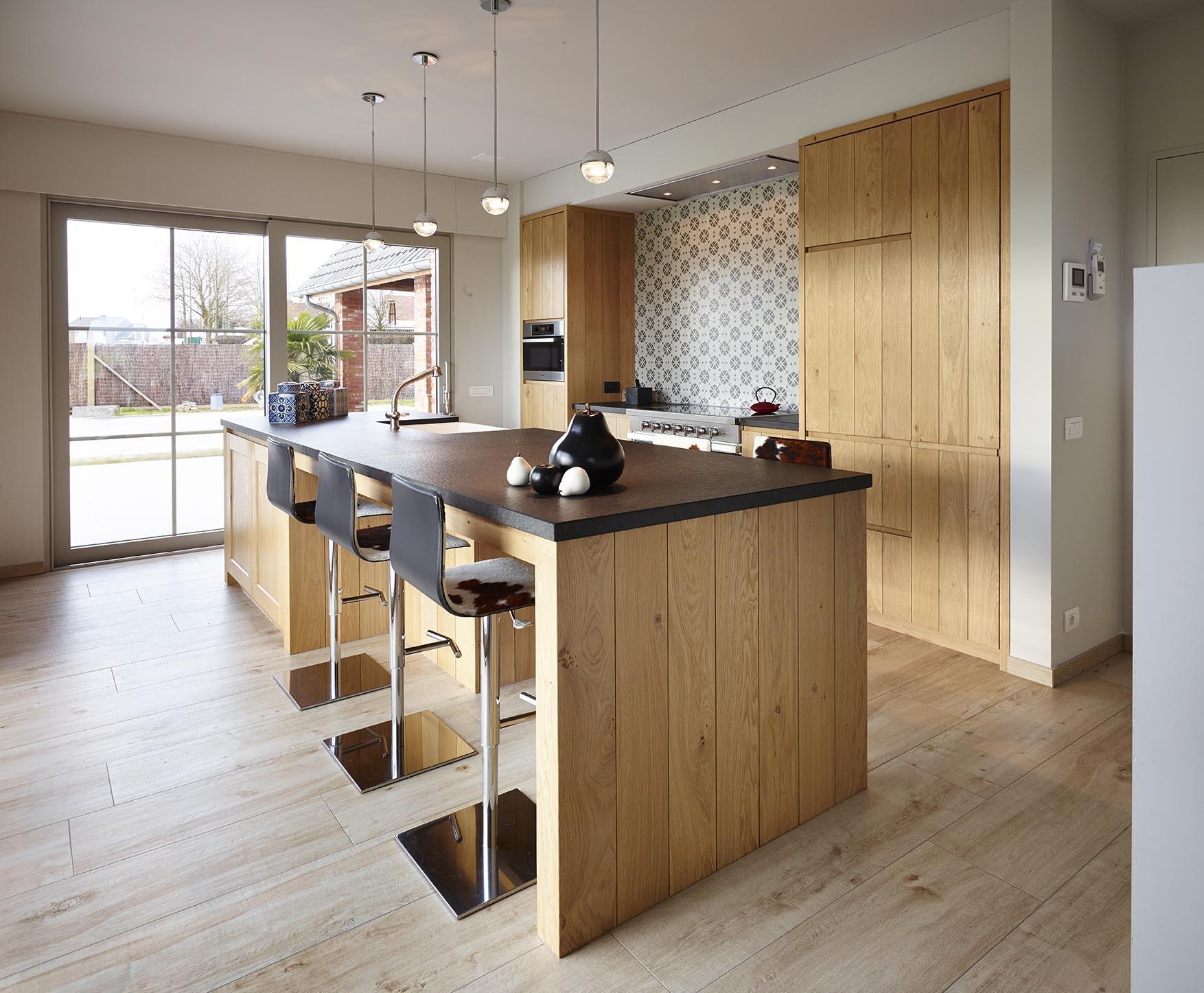 Houten keuken met retro tegeltjes