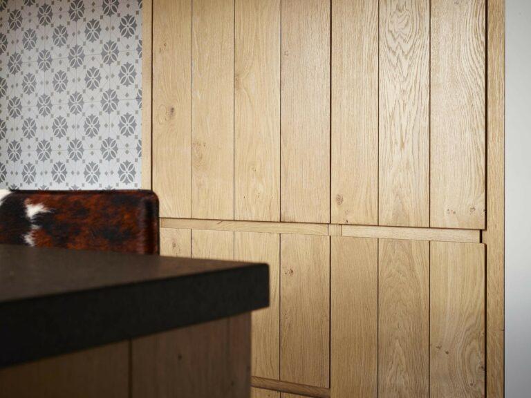 Eikenhouten kastdeur met verticale lijntjes en tafel