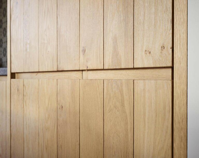 Eikenhouten kastdeur met verticale lijntjes