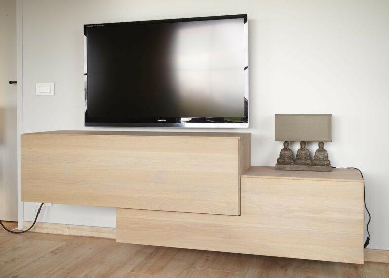 Unieke houten tv-meubel met greeploze kasten