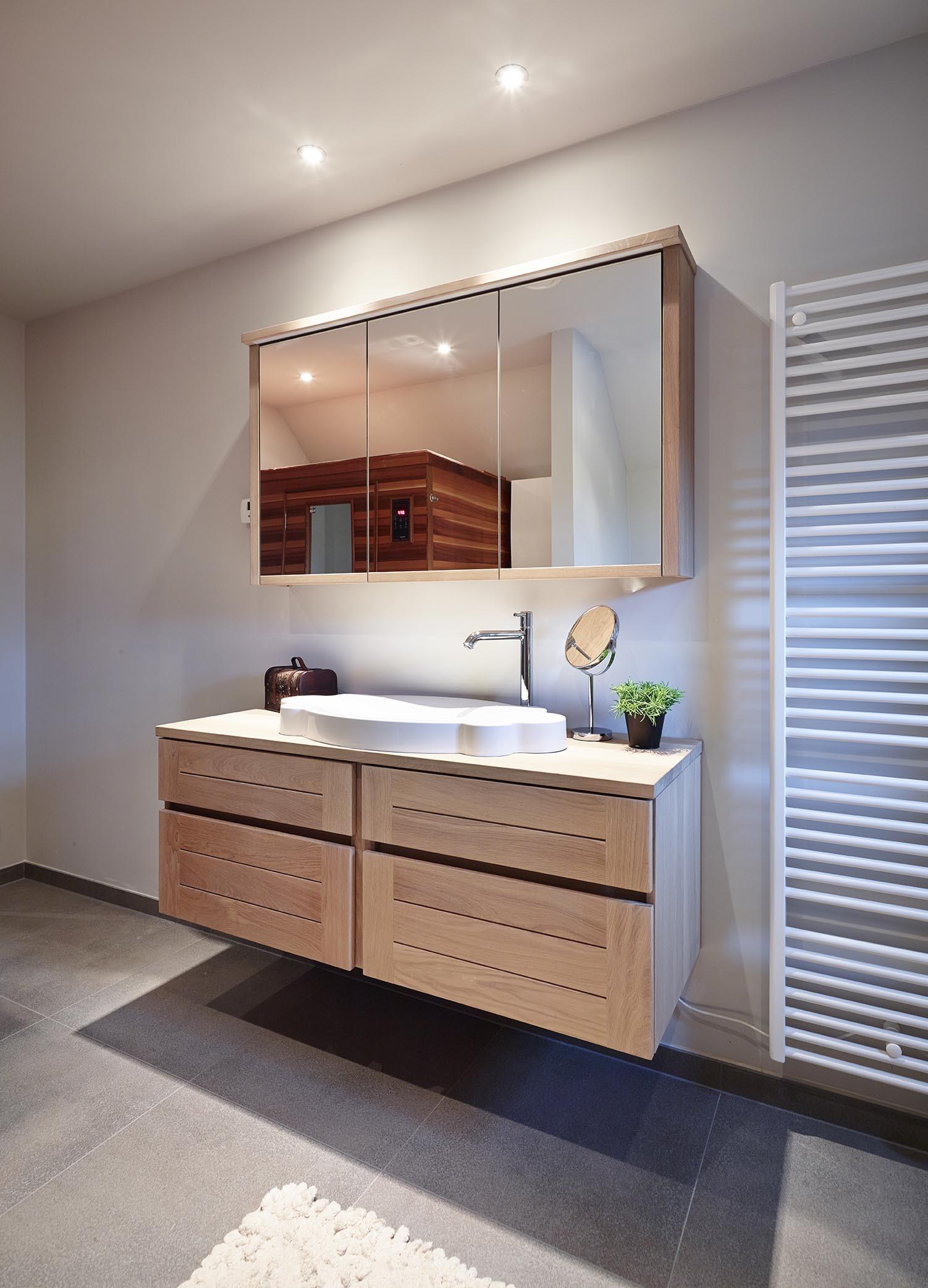 Houten badkamer met grote spiegel en wasbak