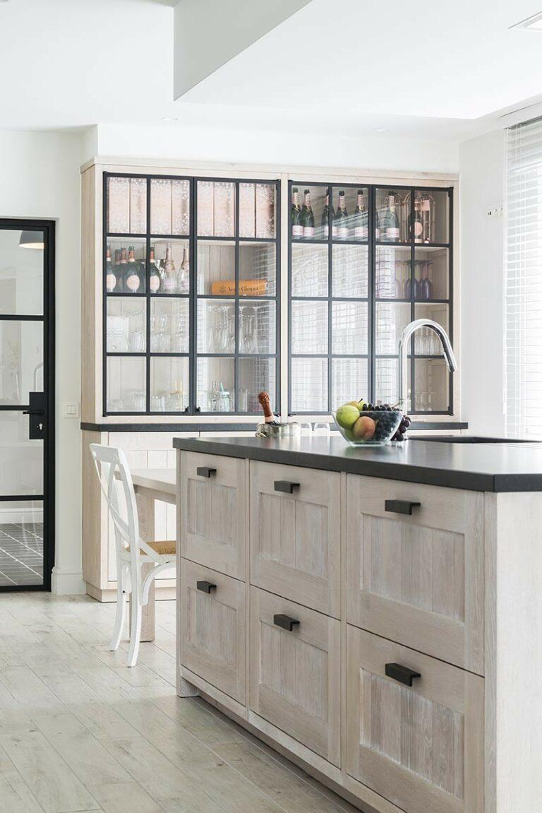 Keukeneiland met granieten werkblad en opbergladen