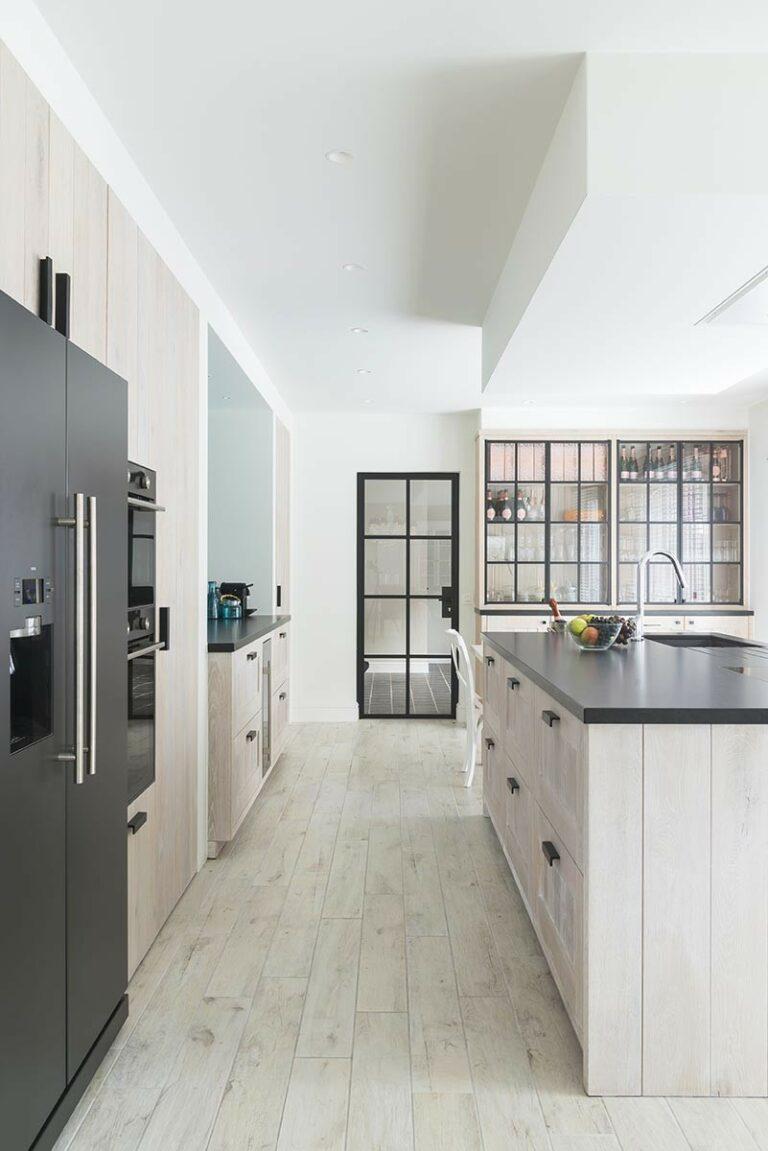 Open keuken met lichte vloer en meubelen