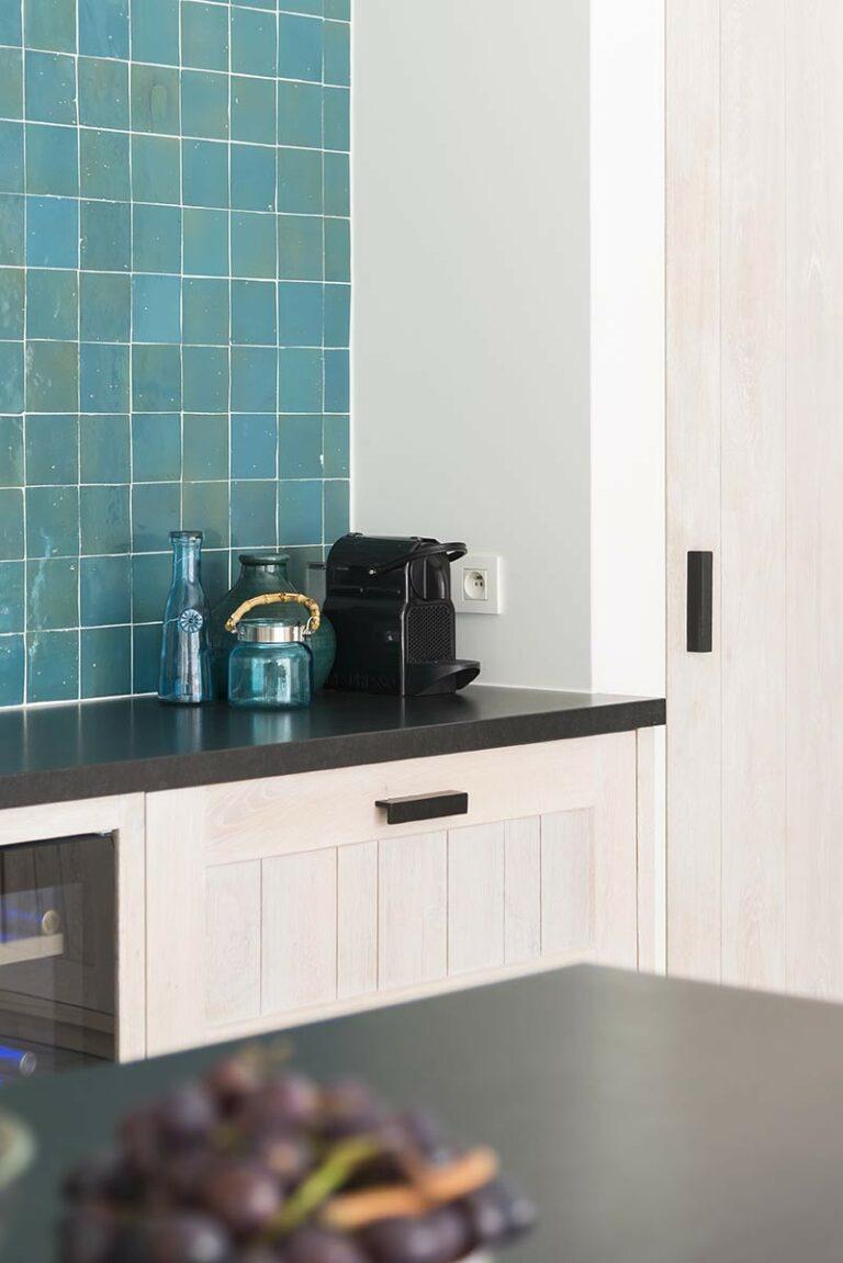 Azuurblauw, wit en zwart in combinatie in keuken