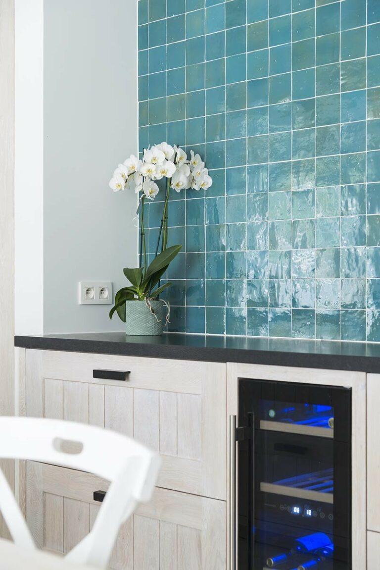 Azuurblauwe tegeltjes in combinatie met houten keuken