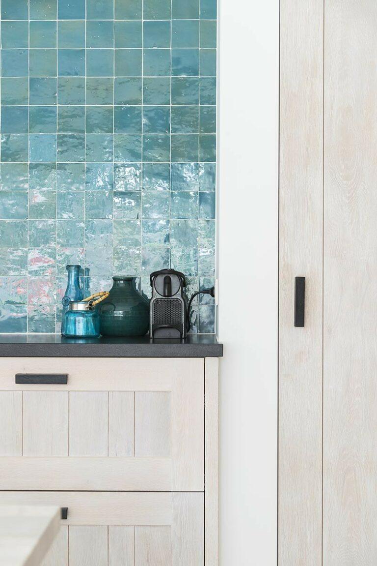 Azuurblauwe tegeltjes in keuken
