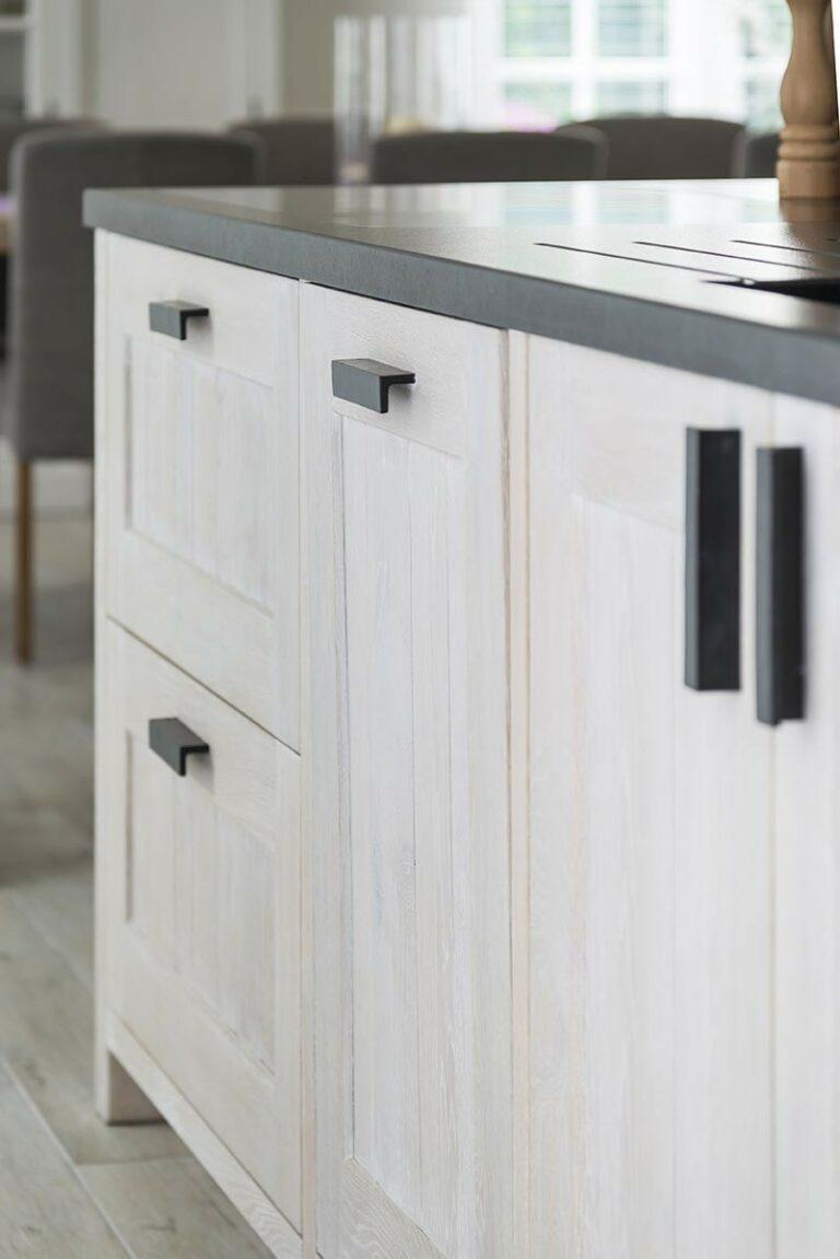 Wit gebeitste houten kasten in keuken