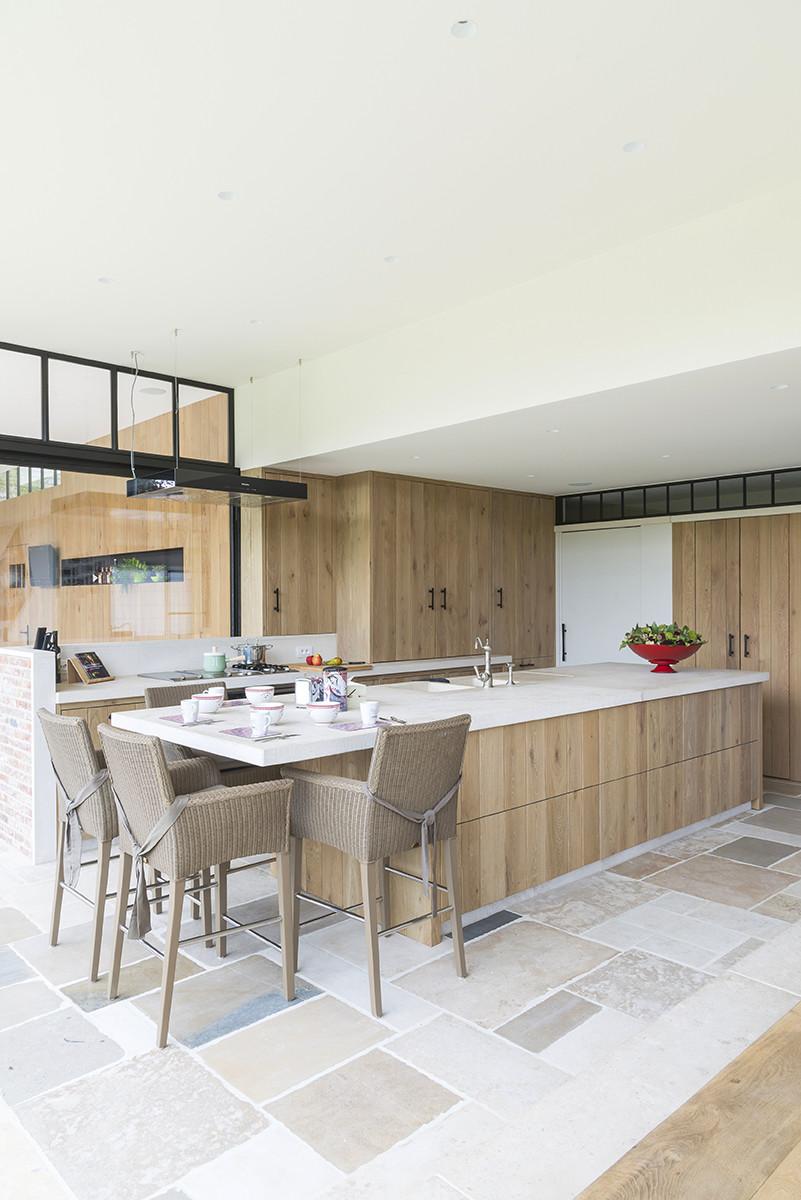 Ruime eiken keuken met wit werkblad