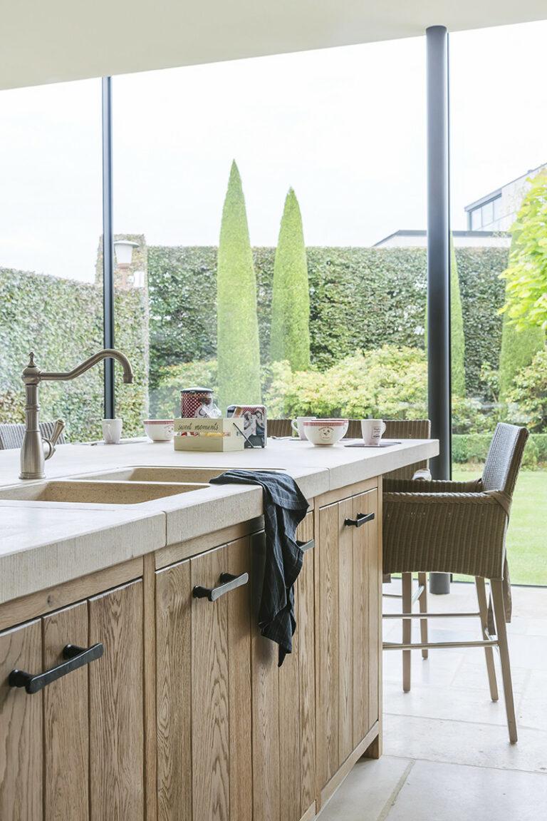 Hoge raampartijen in eikenhouten keuken