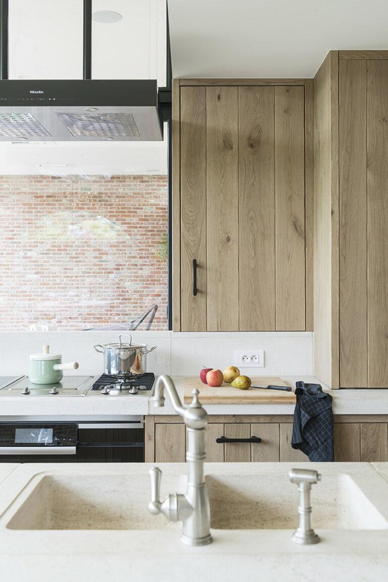 Houten keuken met geïntegreerde ruit
