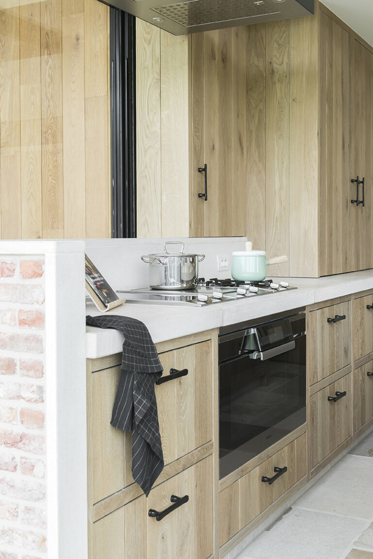 Eiken keuken met ruime opbergruimte