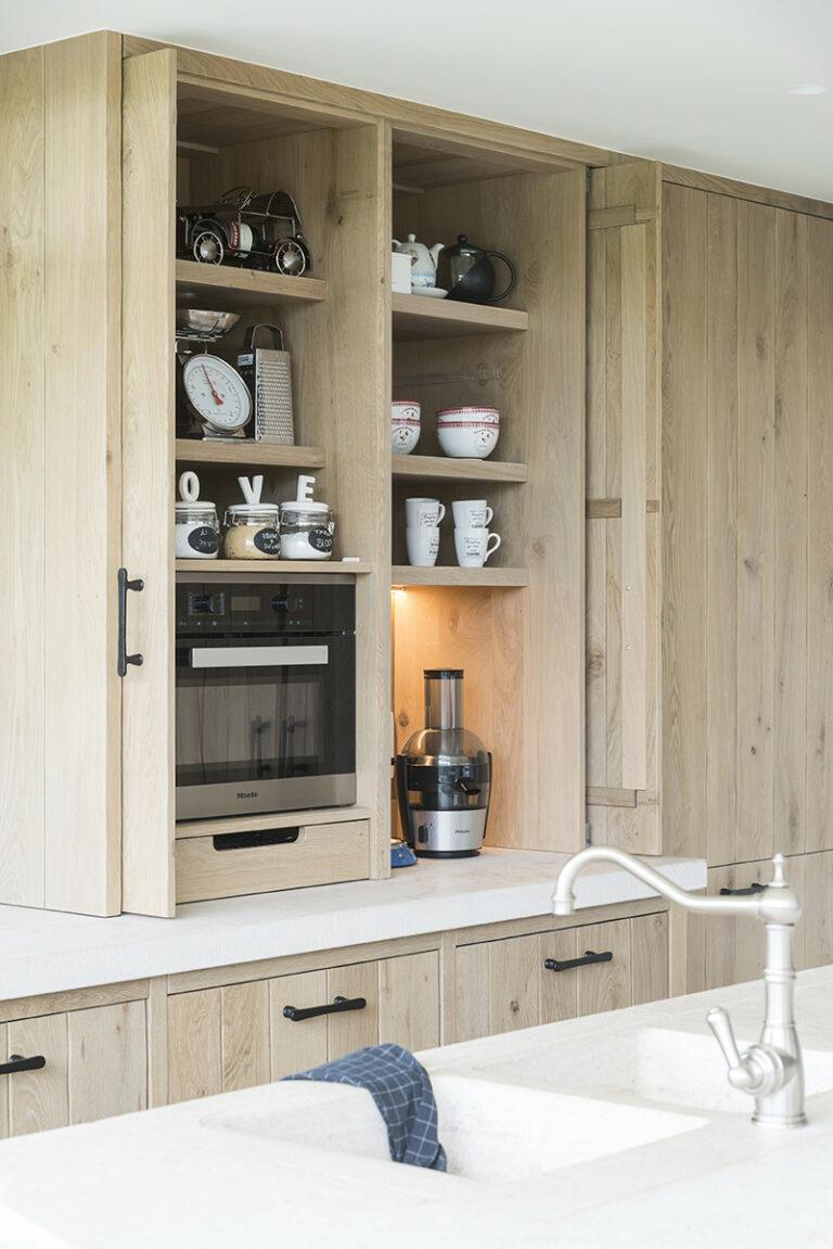 Houten keuken met verborgen ontbijtkast