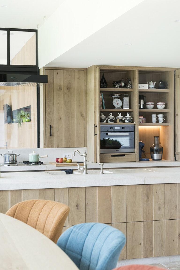 Eiken keuken met moderne toetsen