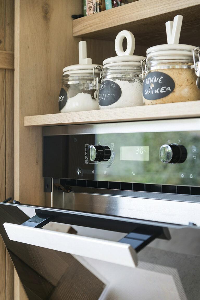 Houten keuken met oven en opbergpotten