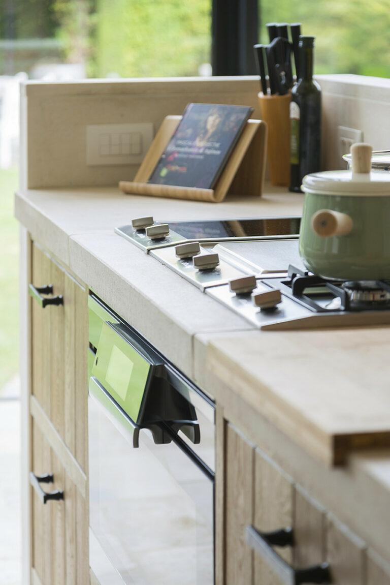 Detail idyllische eikenhouten keuken