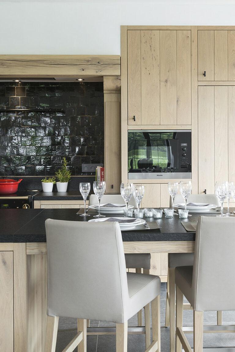 Massieve eiken keuken met zwarte accenten