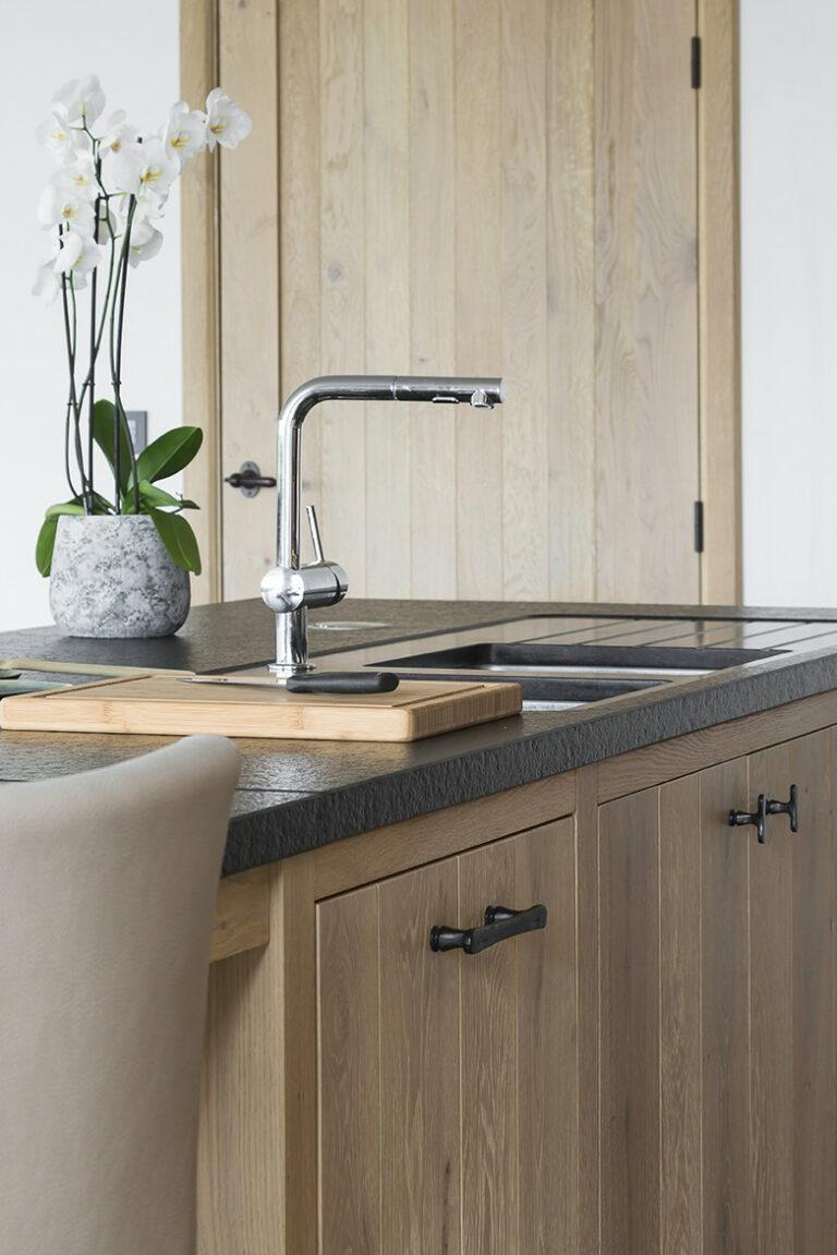 Kookeiland met granieten werkblad en afwasbakken