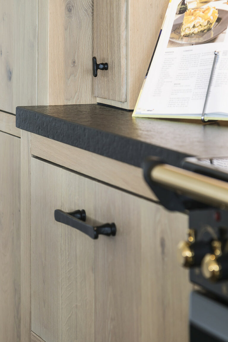 Detail van keukenmeubilair met zwarte greep