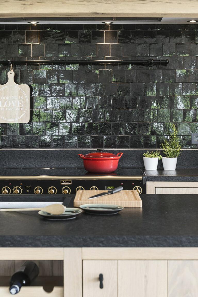 Eiken keuken met zwarte tegelmuur