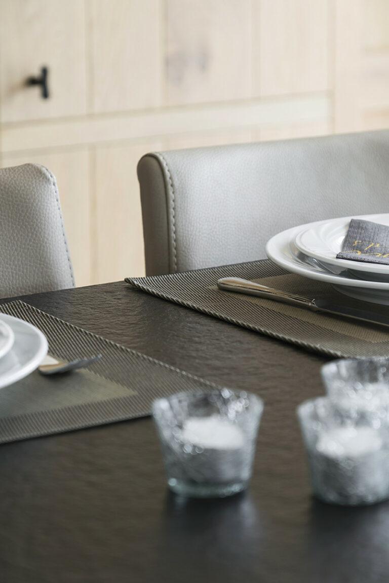 Detail keukentafel met zwart tafelblad