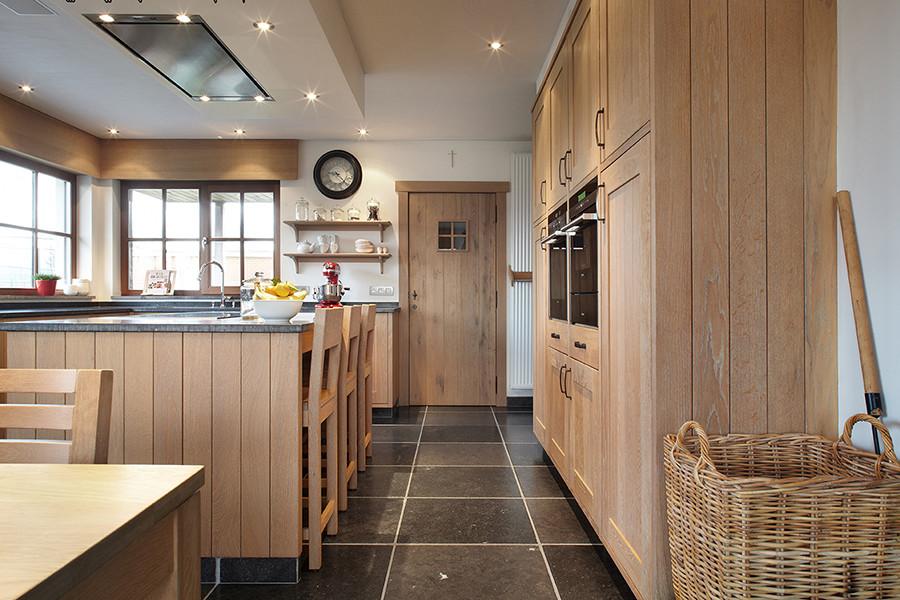 Een landelijke houten keuken op maat de bosbeke - Eiland keukentafel ...