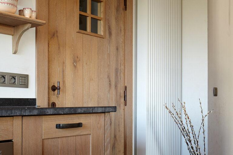 Warme eikenhouten meubelen en deur