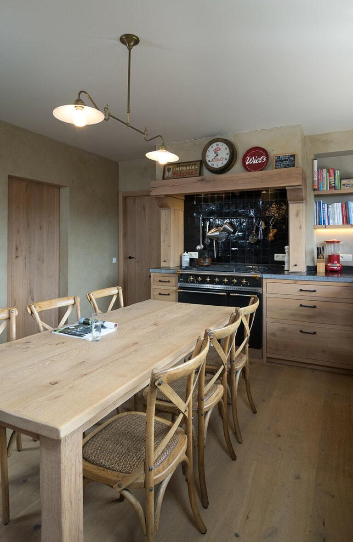 Robuuste houten keuken met klassiek fornuis