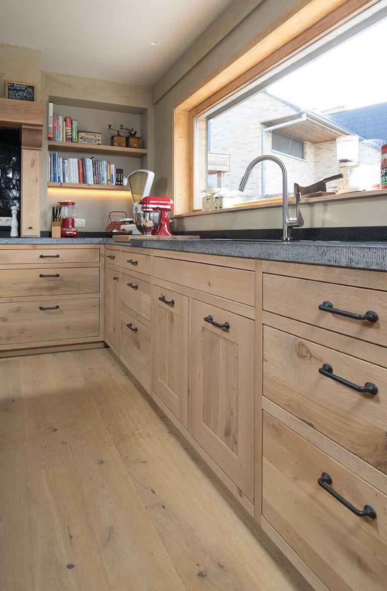L-vormige eikenhouten keuken met rechthoekige ruit