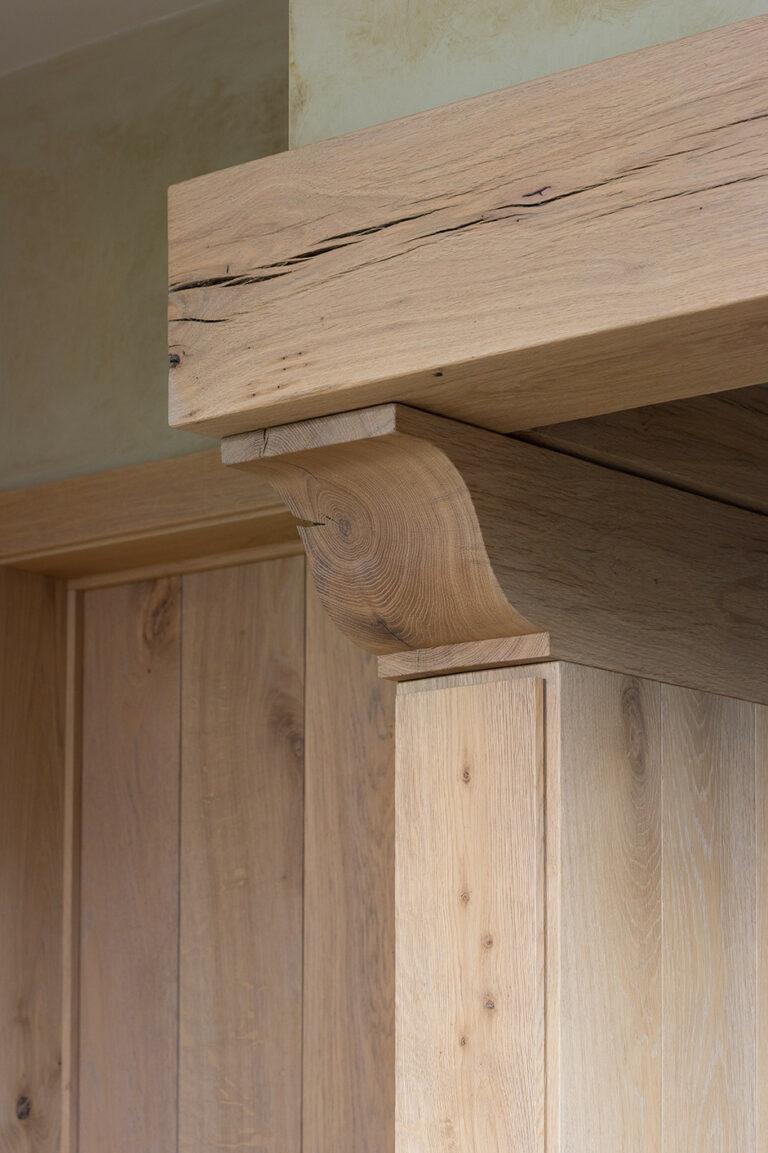 Rustieke eiken balk geïntegreerd in interieur