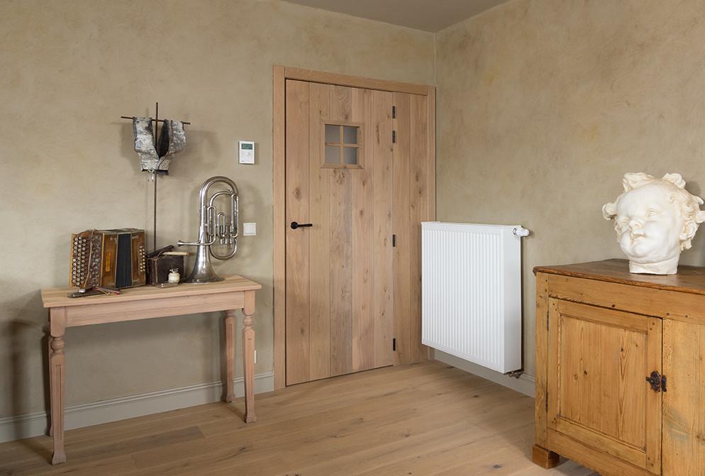 Eikenhouten deur met houten lambrisering
