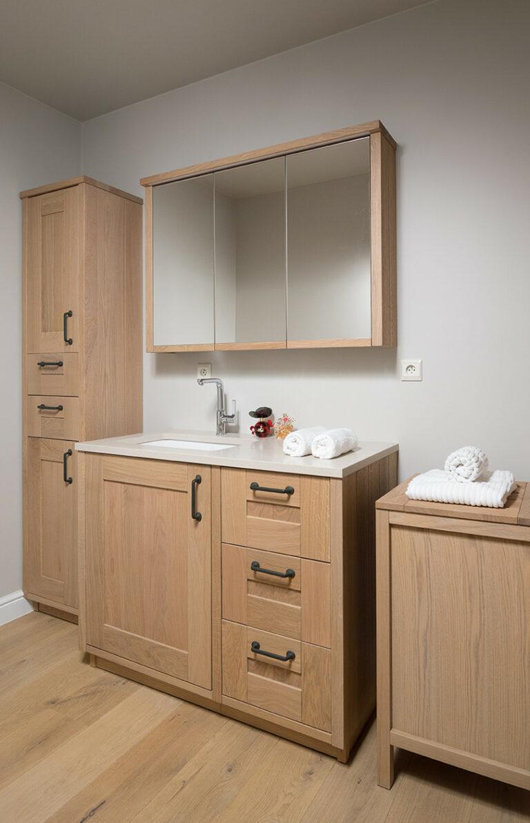 Eikenhouten badkamermeubeltjes met spiegelkast