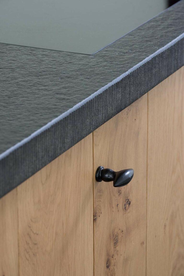 Keukenkast met zwarte ovalen greep
