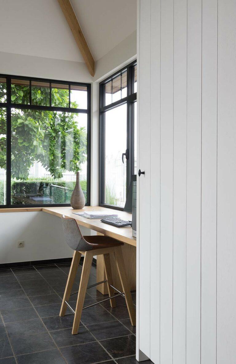 Houten bureau met uitzicht op tuin