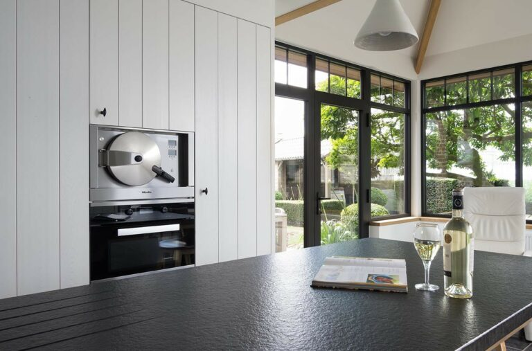 Witte keuken met grote ruiten