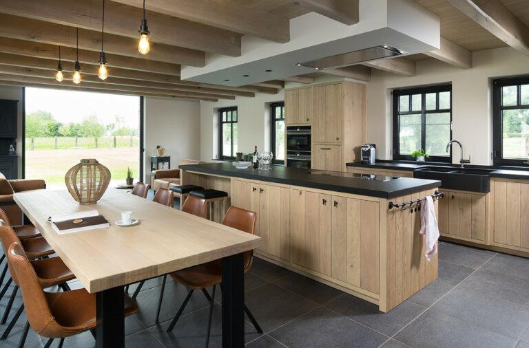 Landelijke eikenhouten keuken met kookeiland