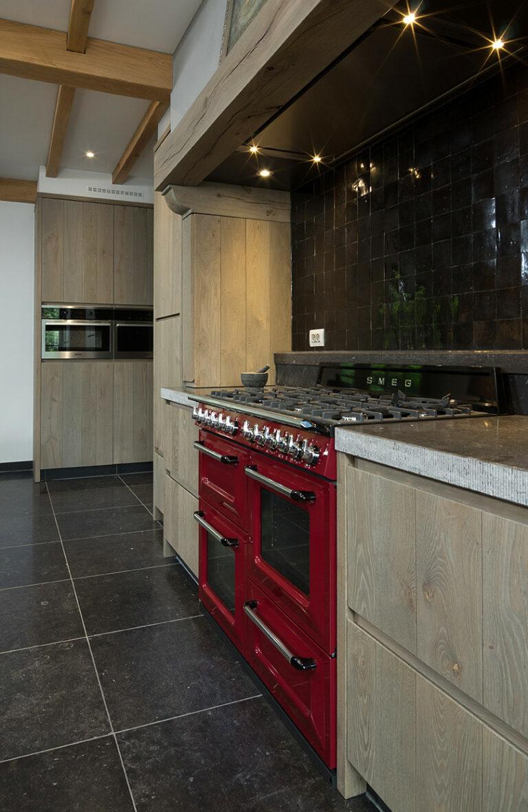Rood klassiek fornuis in houten keuken